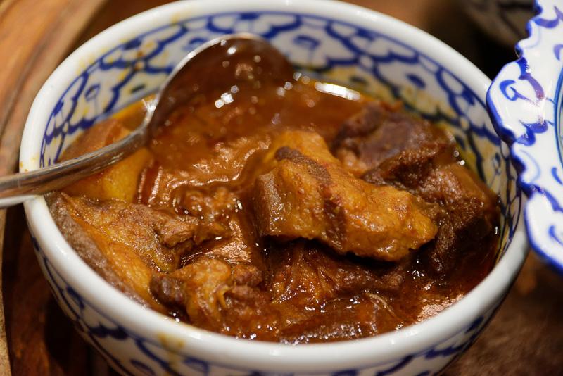 トロットロに煮込まれた豚肉のカレー