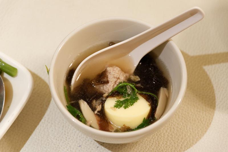 卵豆腐スープの「トム・ジュート・タオフー」。卵豆腐もそうだが、久しぶりに味わった海藻の旨味に感動。これ、日本人が絶対に好きなヤツ