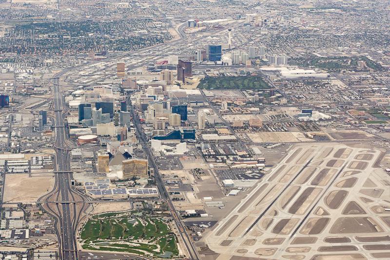 ラスベガスの街並みは砂漠に突如現われる。右下のマッカラン国際空港と「ラスベガス・ストリップ」と呼ばれる繁華街がとても近い