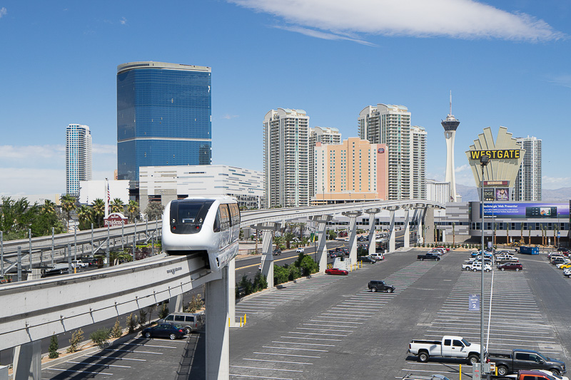 無人運転のラスベガス・モノレールが近くを走る。4~8分間隔でやって来る