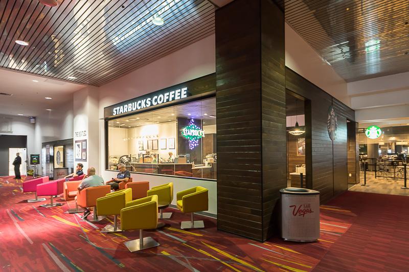 スターバックスコーヒーもある。看板がストリップにあった老舗ホテル「Stardust」のネオンを模した特別バージョン