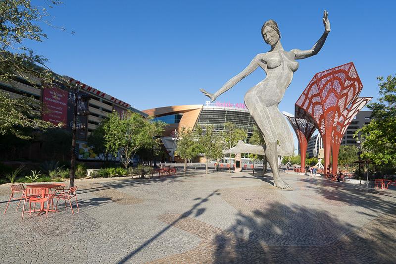 「ザ・パーク」には巨大なダンスする女性像があり、ミーティングポイントとしても分かりやすい