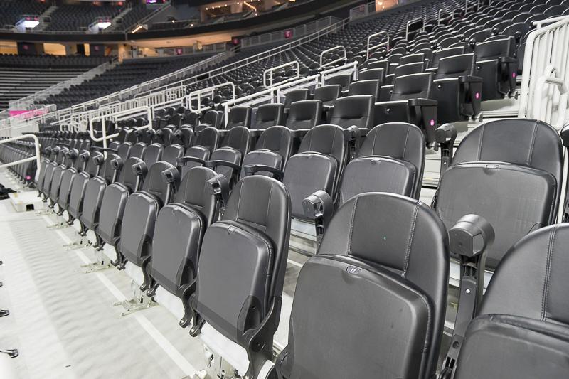 下段の座席は可動式。各席にカップホルダーも付く