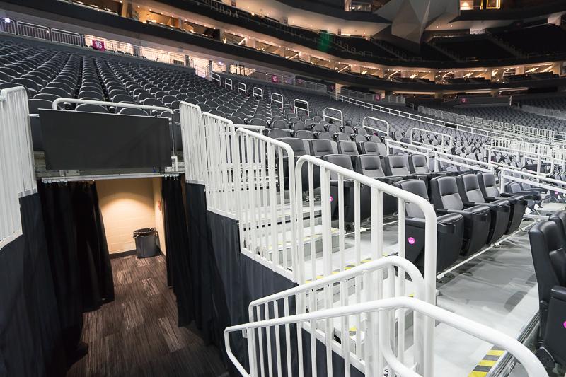 イベントレベルにも座席下にスイートルームが4つ設けられていて、専用シートが用意されている