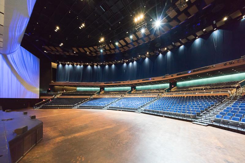 ステージ側から客席を見る。シートは内容によりアレンジが可能