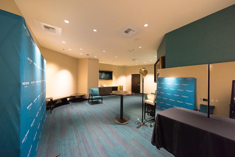 「Meet & Greet Room」。記者会見などをする部屋も用意されている