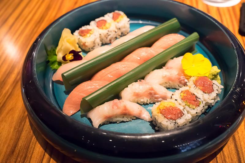 寿司のプレート。巻き寿司はアメリカ風だが、握りは本格的で、日本とほぼ同じ。中央の中トロは絶品