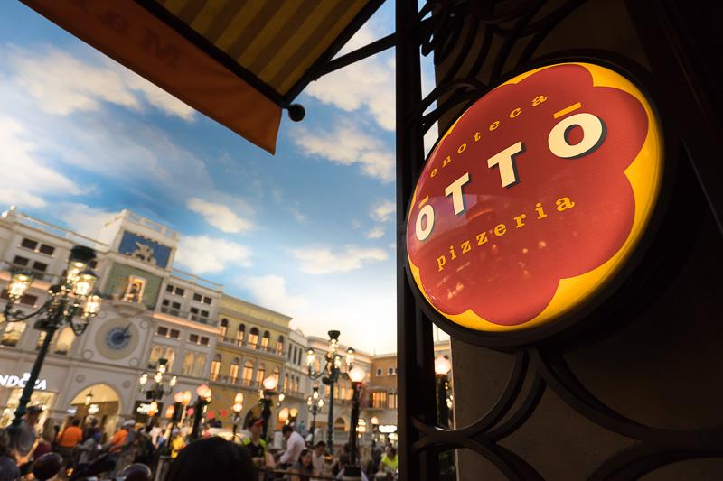 Otto Pizzeria Las Vegasは、室内だがオープンスペースの雰囲気を楽しめる