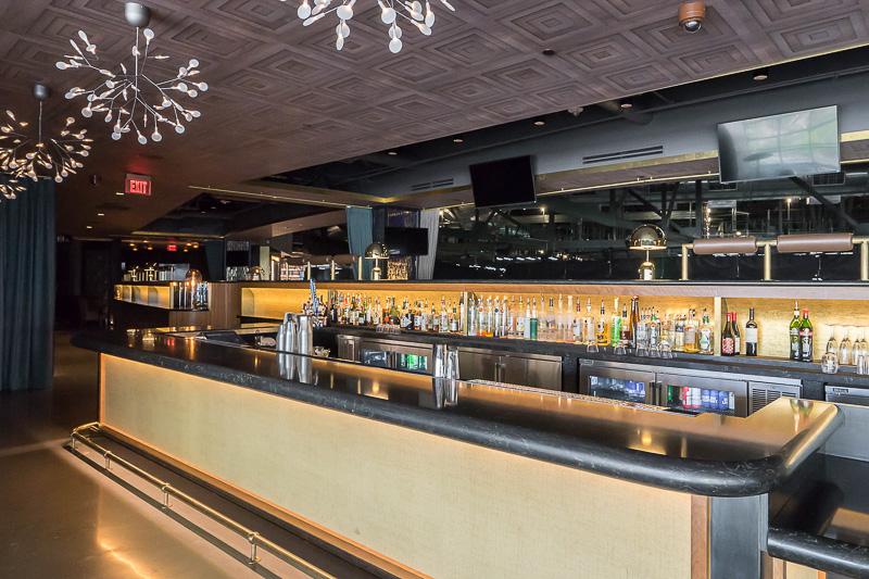 最上階にある「Hyde Lounge」というバーラウンジ。お酒を飲みながら高い位置か見下ろすことができる