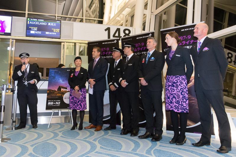 日本支社長のペリエ氏と初便の乗務員が並んでセレモニーを実施