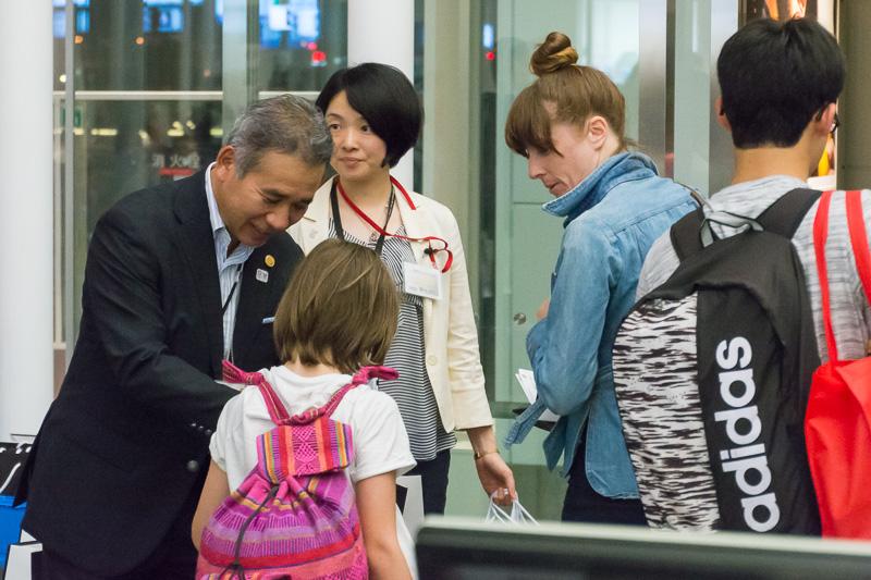 初便搭乗客には記念品を進呈。3点の記念品が入ったニュージーランド航空ロゴ入り袋が配られた