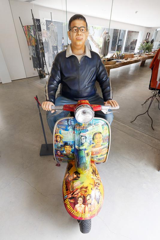 スクーターに乗った有名俳優と思われる人のマネキン