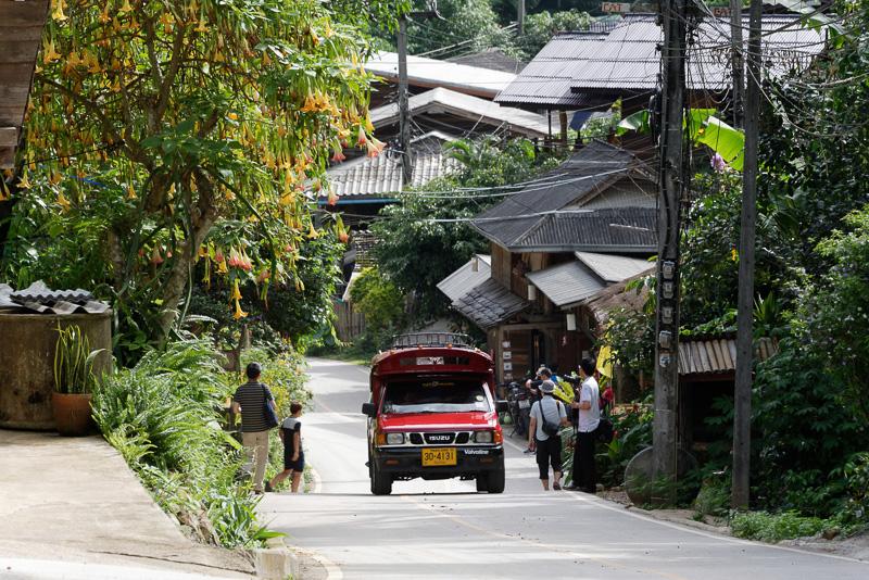 1本の道路脇に家々が建ち並ぶMae Kampong村
