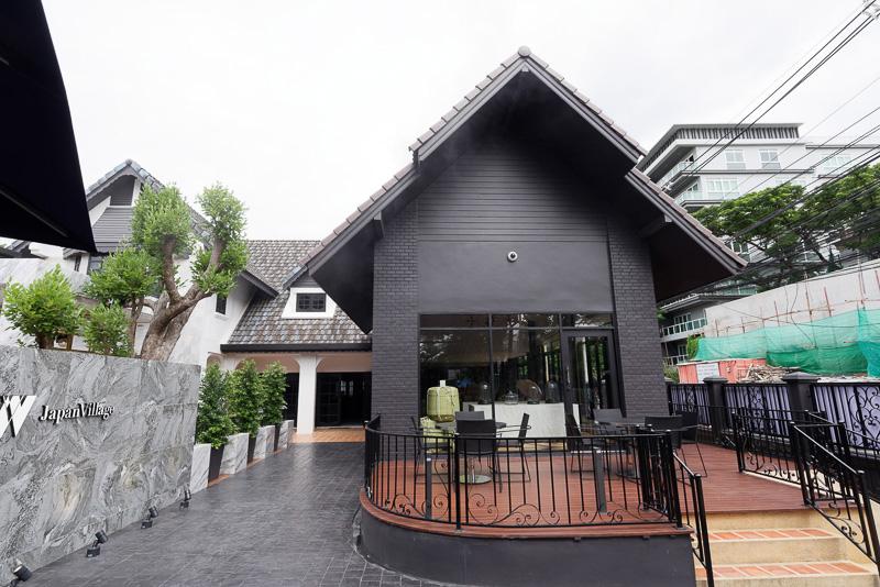 なんとなく日本家屋を思わせる建物。飲食スペースは広々としている