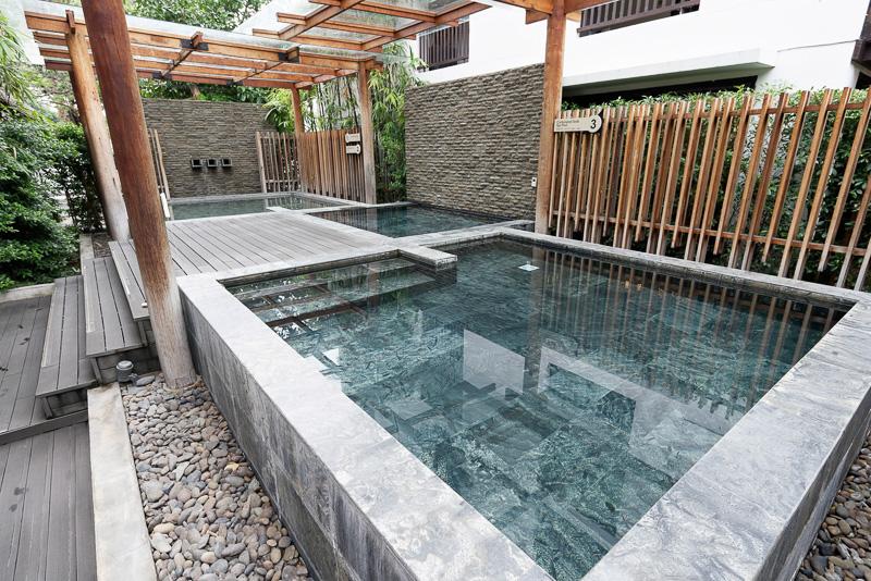 日本から取り寄せた成分を使っているという温泉(奥)。中央が冷泉、手前が炭酸泉