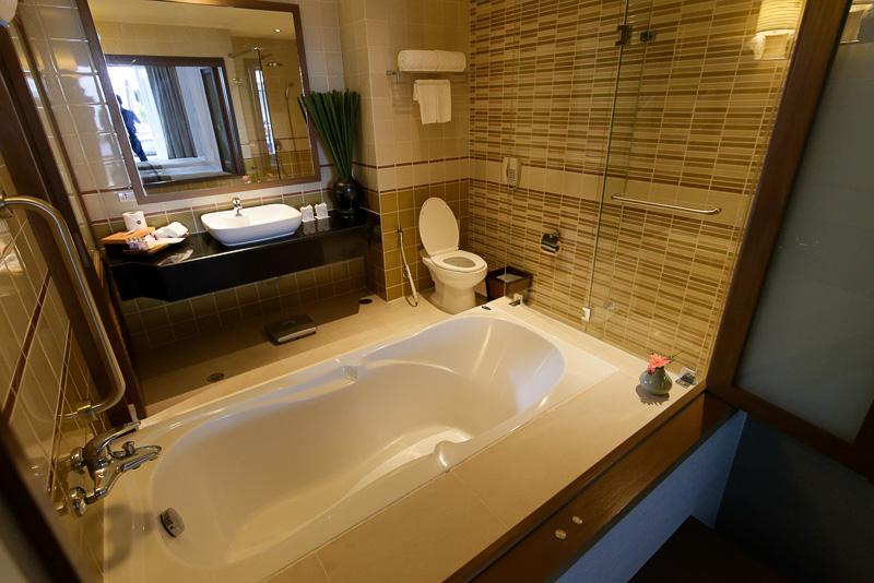 湯船のあるバスルーム。寝室とはガラス1枚で隔てられている