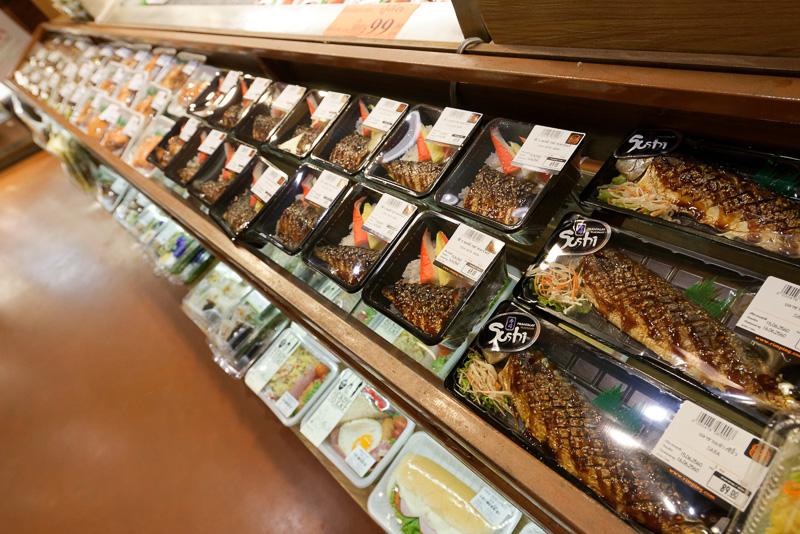 総菜類も豊富。焼き魚に「Sushi」と書かれているのは理由不明。タイ産の日本米もあった