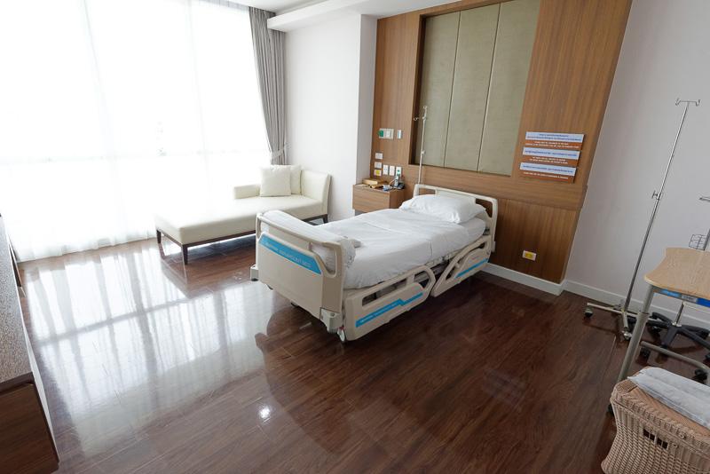 リビングがあるスイートルームの「スーペリア」。入院費用(1室利用料金)は1日1万2000バーツ(約3万6000円)