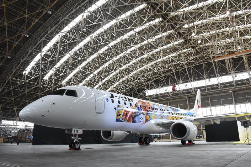 日本航空大阪整備格納庫で披露されたJAL ミニオンジェット