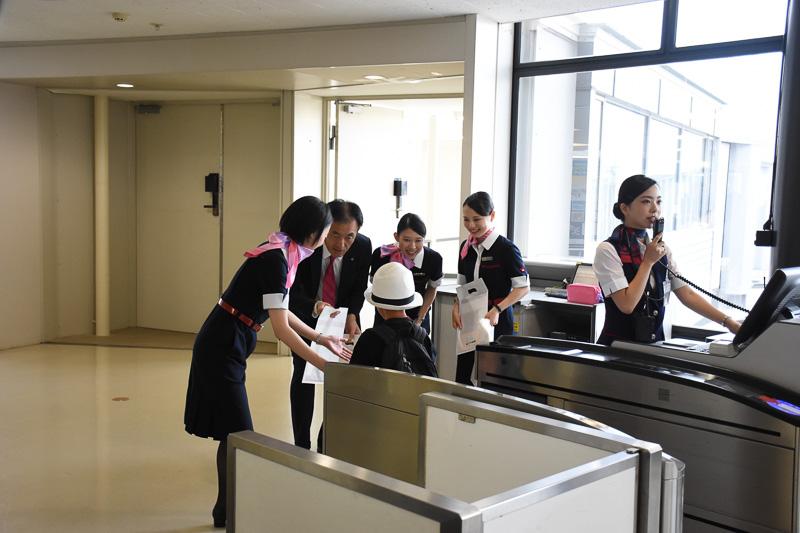 初便の搭乗客には搭乗証明書と記念品が手渡された