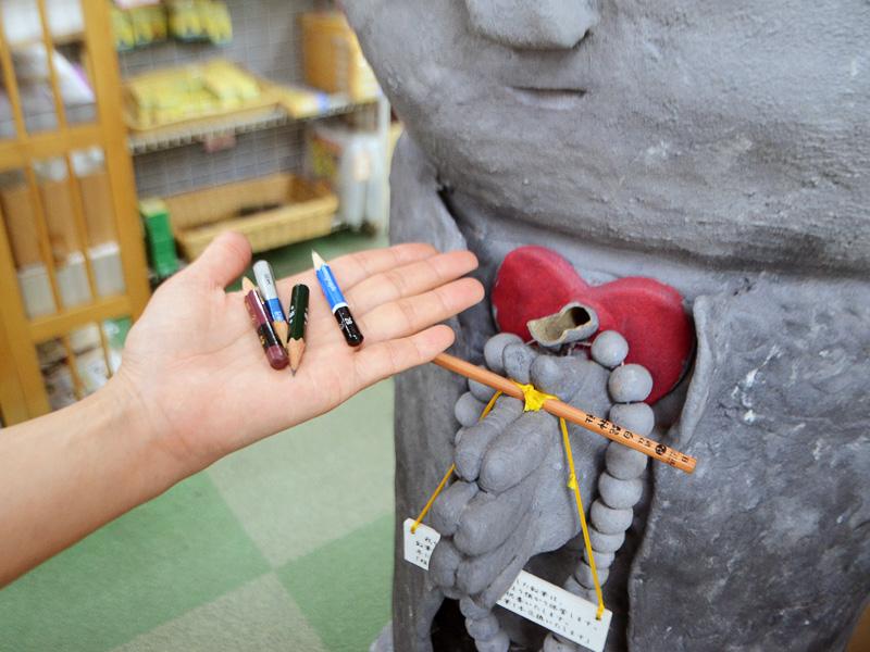 鉛筆供養のお地蔵さん。短くなった(5cm以下)鉛筆5本を持っていくと、新しい鉛筆1本がもらえます
