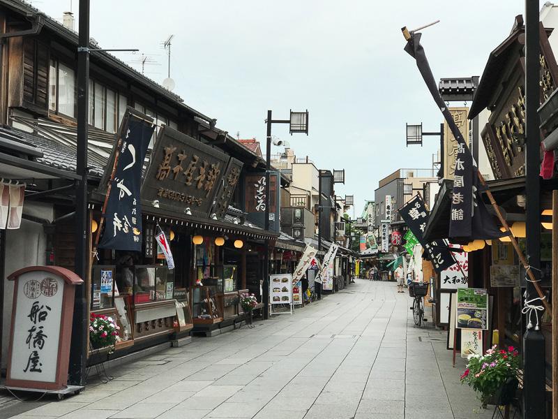 和菓子屋や土産物店が立ち並んで食べ歩きが楽しい帝釈天参道