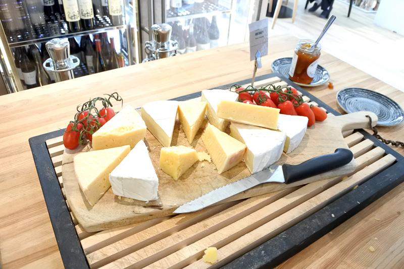 チーズやブレッド類は自分で食べたいだけ切る