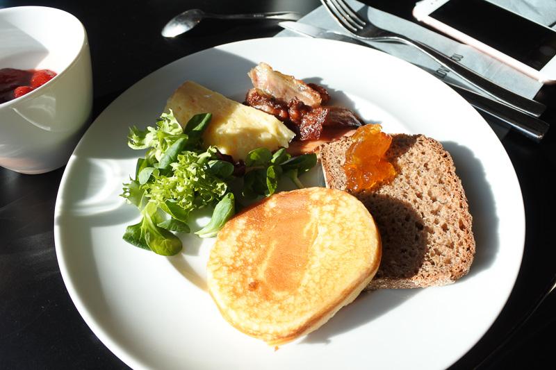 窓辺でいただく朝食は格別。パンケーキやブレッドとともに定番のベーコンや自家製ヨーグルトなどをチョイス