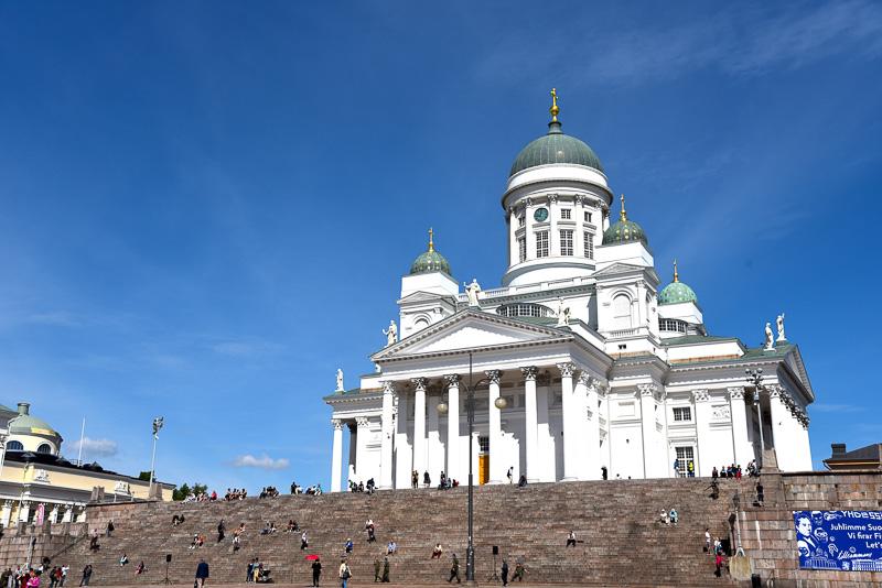 ショップを出て右に進むとヘルシンキ大聖堂と元老院広場へ到着。フィンランド独立100周年をお祝いするブルーのバナーが掲げられている