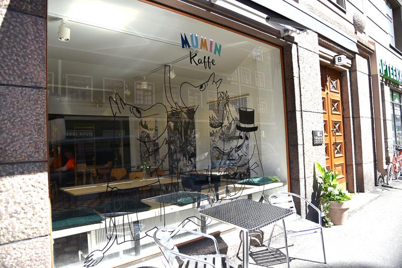 ムーミンカフェの1号店のガラスにはムーミンパパたちが描かれている<BR/>(C)Moomin Characters<sup>TM</sup>