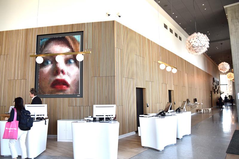 「クラリオンホテル ヘルシンキ」。天井が高く広々としたロビー。一面ガラス張りで港の様子が眺められる