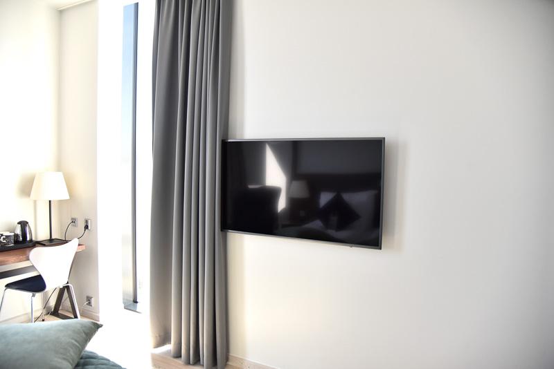 ベッドの正面には薄型テレビがある