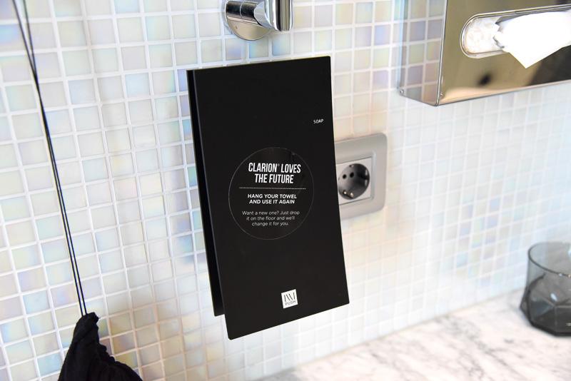 ソープのディスペンサーが設置されている。カップとホテルのマスコットキャラクターのバブルス。レセプションにて8ユーロ(約1050円)で購入すると1ユーロがWWFに寄付される
