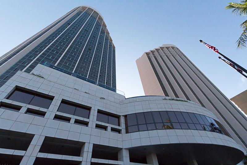 ホテルはツインタワー構造になっており、左側がアラモアナタワー、右側がダイヤモンドヘッドタワー。客室数は563室