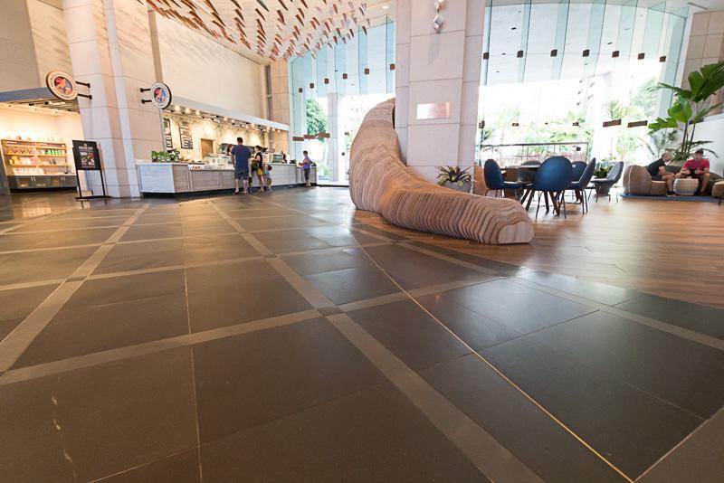 天井が高く、開放感あふれるロビー。きめ細かなサービスに応えてくれるコンシェルジュも常駐している