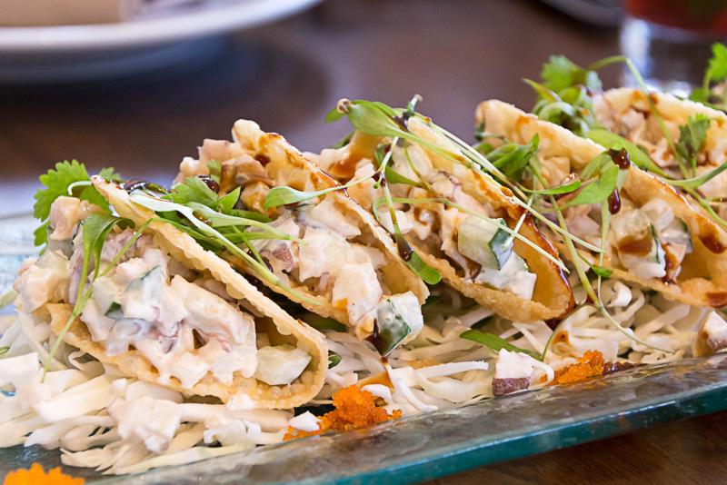 アラカルトメニューでは地元の新鮮な食材を使った料理が用意されている