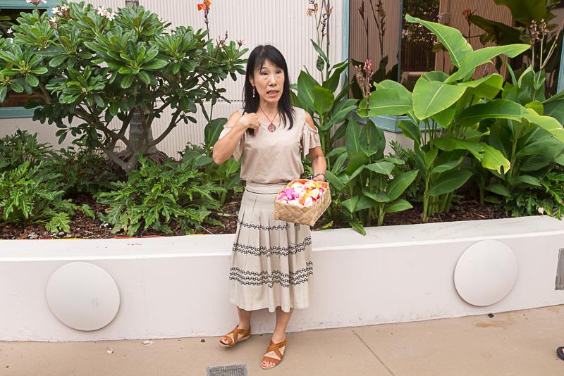 レイなどを自然に返す説明をする、アジアパシフィック セールス&マーケティング部長のホワイト亜由未氏