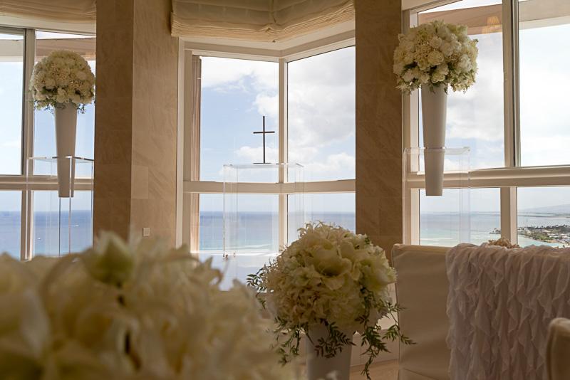 空と海に囲まれてカップルは愛を誓う