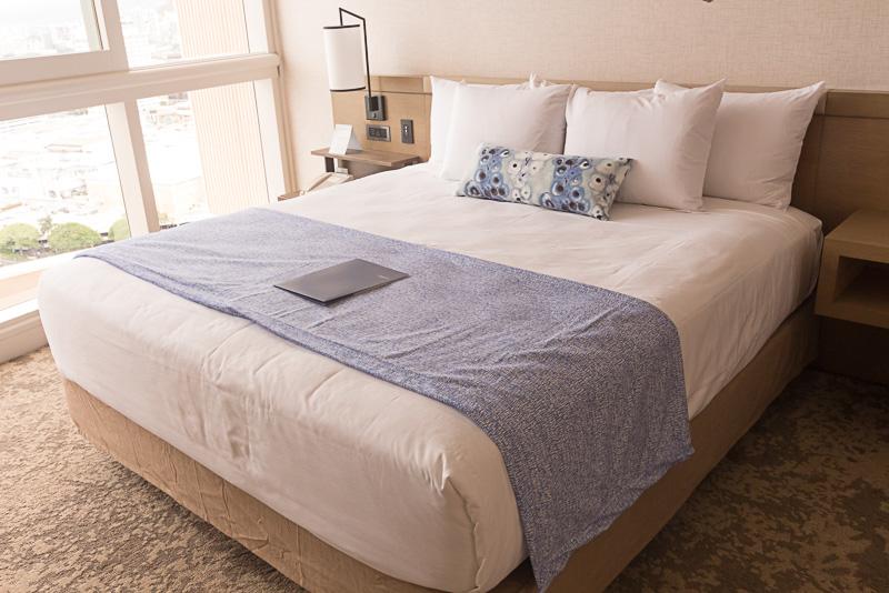 ベッドはキングサイズが1台、もしくはクイーンサイズが2台