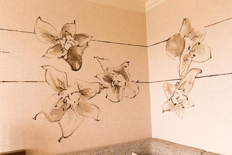 壁にはリッキー・ウォルフェ氏が手掛けたナイオフラワーが描かれている