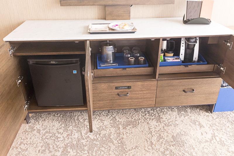 グラスや電気ポット、コーヒーメーカー、冷蔵庫、暗証番号方式のセキュリティBOX