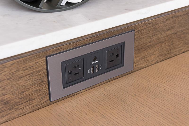 部屋にはコンセントが多数設置されており、充電用のUSBポートを備えたものもある