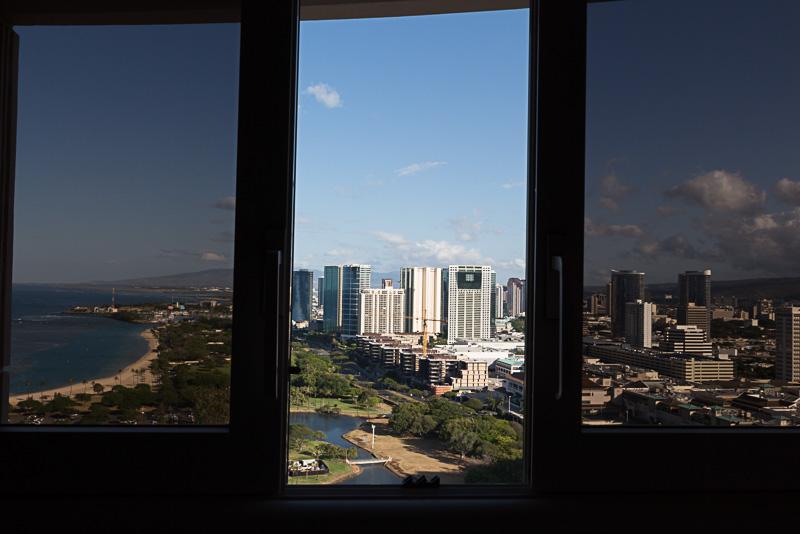 窓を開けるとハワイの風が心地よく吹き抜ける