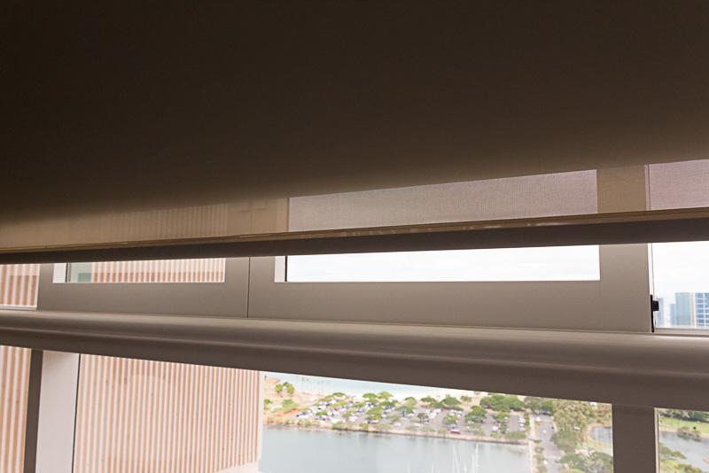 陽射しが気になる場合は電動のサンシェードやカーテンを降ろせる