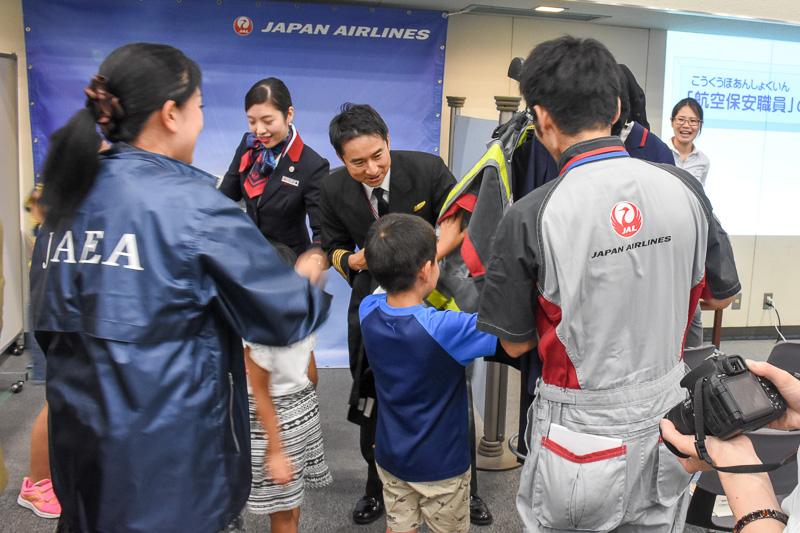子供向けユニフォームの着用体験スペース。機長、CA、整備士の制服をまとって、現役スタッフと記念撮影が行なえる