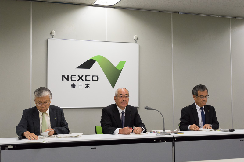 NEXCO東日本が2017年度の4回目となる定例会見を実施。中央が東日本高速道路株式会社 代表取締役社長 廣瀨博氏。左は取締役兼専務執行役員 管理事業本部長 遠藤元一氏、右は取締役兼常務執行役員 サービスエリア事業本部長 萩原隆一氏