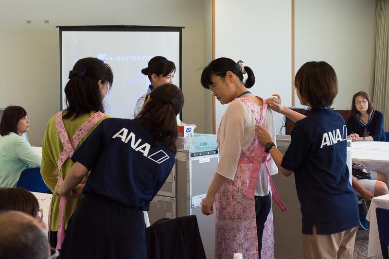 参加者もエプロンを着けてドリンクサービスを体験