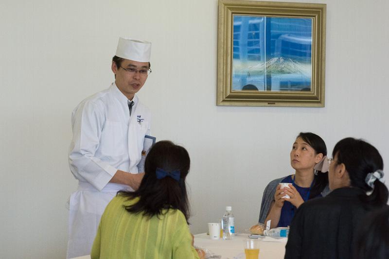 参加者とメニューやサービスについて談笑。伊藤シェフは「最初はちょっと緊張されていたが、料理が出てきたら笑顔になってもらえた。料理人としては(機内でも)最高のエンタテイメントは料理だと思っている」と話した