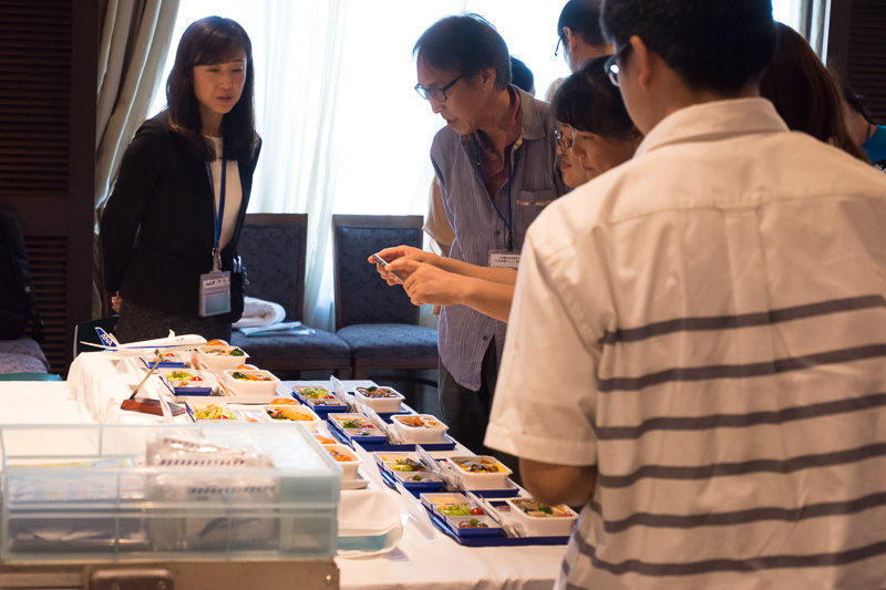 参加者は機内食はもちろんだが、普段目にしない備品などにも興味津々の様子だった