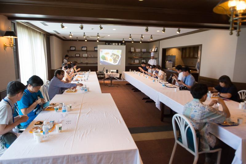 機内食の説明が行なわれるなかで参加者全員に機内食が配られ、いよいよ試食会